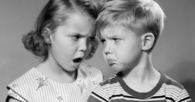AAKW4W 1950s BOY GIRL HEAD TO HEAD ANGRY FACIAL EXPRESSIONS ARGUMENT FIGHT